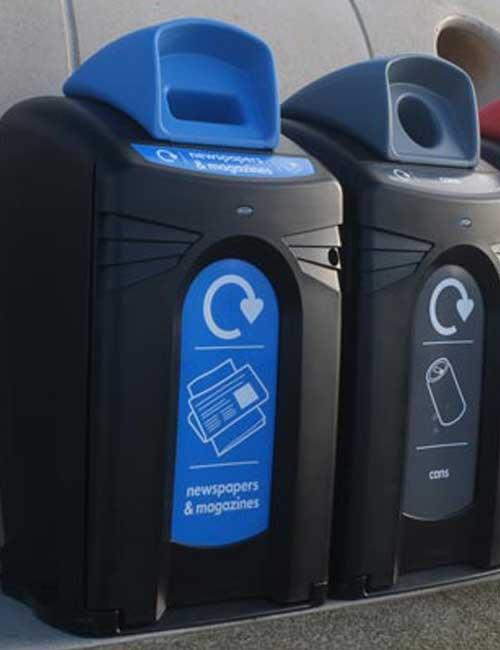Сортировка мусора в в уличные контейнеры Glasdon City Nexus 140 сбор бумаги