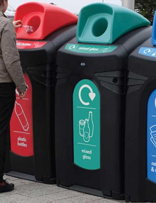 Большой мусорный бак для раздельного сбора мусора на улице Glasdon Nexus City 140