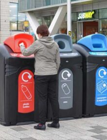 сортировка мусора в бак на улице Glasdin Nexus City 140 черный