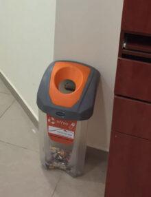 прозрачная мусорка для сбора батареек