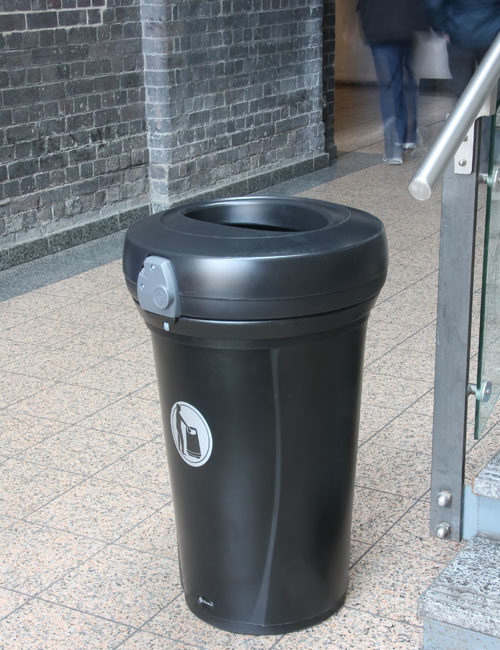 мусорная урна перед входов в подъезд Glasdon Pacific (Англия)