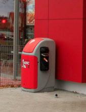 Мусорная урна в фирменных цветах KFC