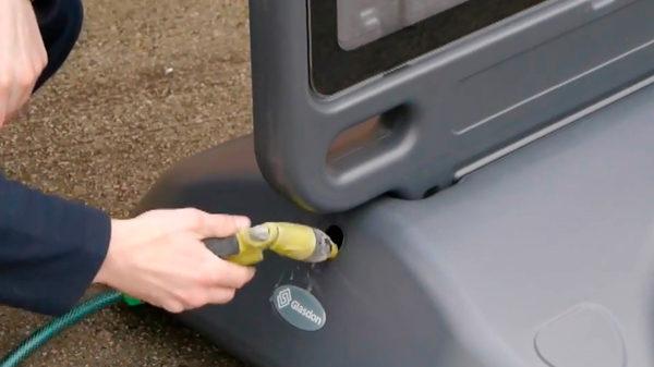 заполнение балластного блока рекламного штендера водой