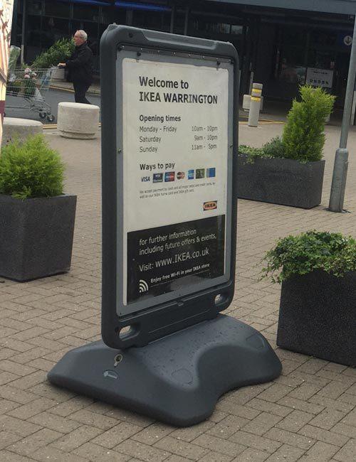 Переносной уличный щит на колесиках для рекламы