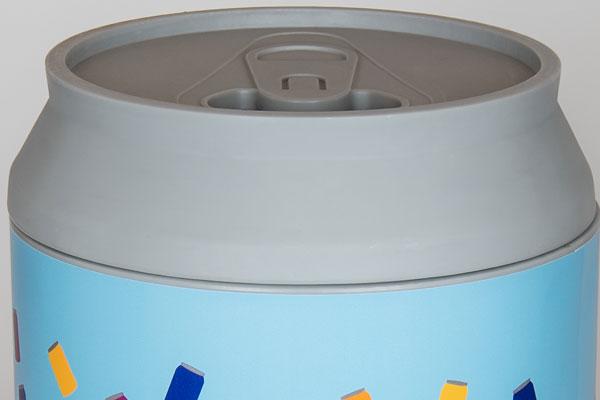 применое отверстие урны для сбора алюминиевых банок