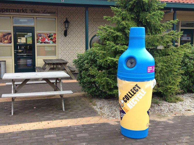 Бутылка - урна для мусора возле входа в кафе