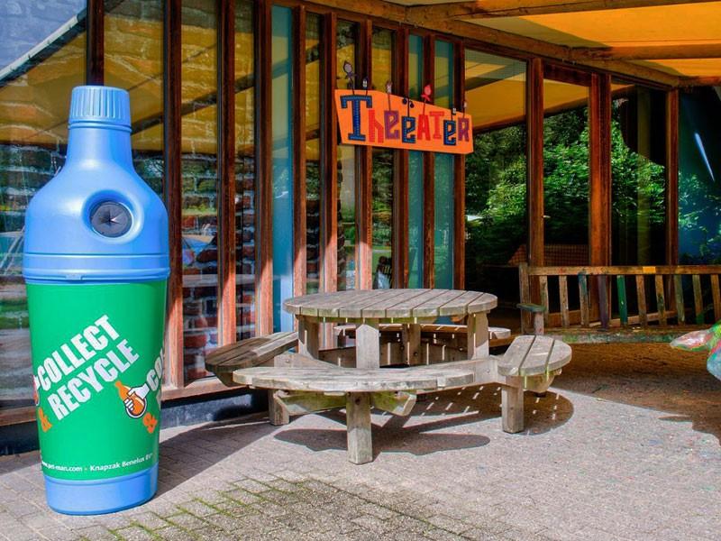 Урна для сбора бутылок в зоопарке