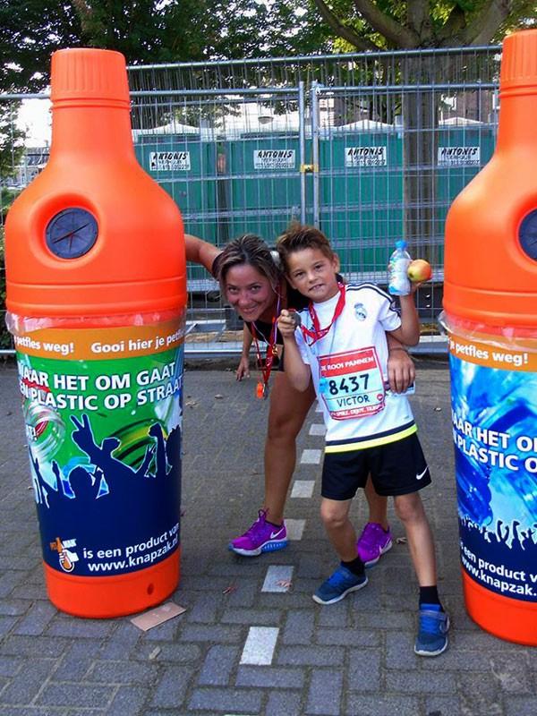 урна бутылка на городском спортивном празднике